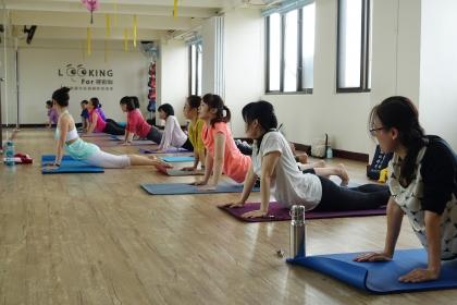 周一瑜珈提斯學員運動情形