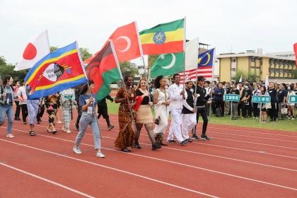 外籍生穿上特色服飾參與繞場