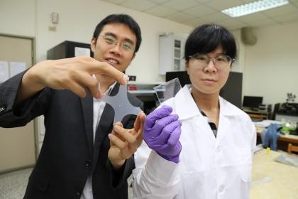 興大材料系副教授賴盈至(左)團隊研發透明、可伸縮、不需供電、受損能自癒的電子皮膚