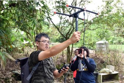 保育團隊利用GPS定位,追蹤野放食蛇龜適應棲地狀態。圖/日月光文教基金會提供