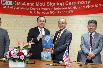 興大副校長楊長賢與馬來西亞工藝大學工學院院長Mohammed Rafiq bin Dato' Abdul Kadir代表簽訂策略聯盟