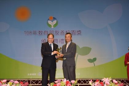 興大謝禮丞副學務長(右)榮獲教育部「友善校園獎特殊貢獻人員」
