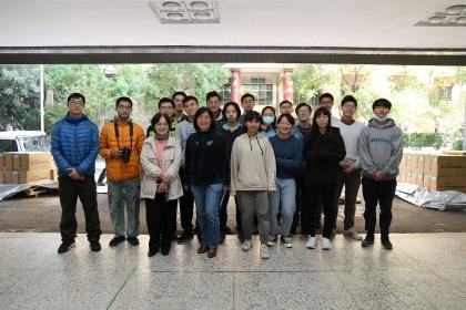 興大昆蟲系戴淑美主任(前排左1)、楊妙曼教授(前排左2)及學生共同接下此批捐贈的昆蟲標本。