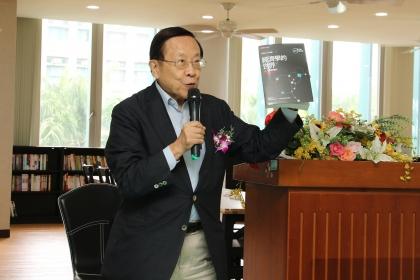高希均教授贈送《經濟學的世界》套書給興大應經系及管理學院畢業生,作為畢業禮物。