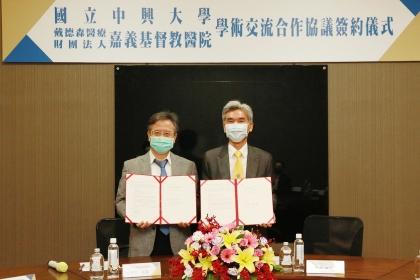 雙方合作由興大薛富盛校長(右)與戴德森醫療財團法人嘉義基督教醫院姚維仁院長(左)代表簽署。