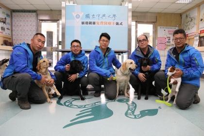 台中市搜救犬隊今到興大獸醫教學醫院健檢,左至右為斯斯、腿腿、鐵雄、美樂蒂、本丸