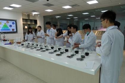 學生至正瀚實驗室體驗(圖/正瀚生技提供)