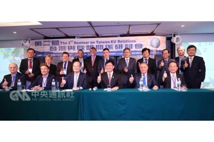 【中央社】台灣與歐盟關係研討會26日在台中市召開,台中市長林佳龍(前右3)致詞指出,台灣外交處境困難,六都應整合周邊其他縣市一起與國際交流。中央社記者郝雪卿攝