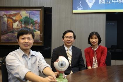 興大生醫所教授許美鈴(右)、賴德偉博士(左)與台中榮總視網膜科主任林耿弘(中)共組團隊,發現糖尿病視網膜眼病變治療新方式