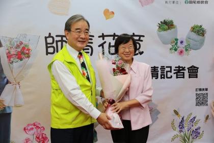 教師節前夕,農糧署長胡忠一(左)特地送花給他台大求學時期的教授