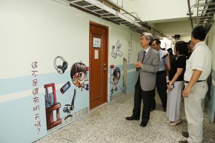 走廊貼有文青跟阿宅插畫人物