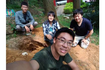 NCHU's team excavating for the fungus garden of O. formosanus. From left to right: Wei-Ren Liang, Guan-Zhi Guan, Chun-I Chiu, Jie-Hao Ou