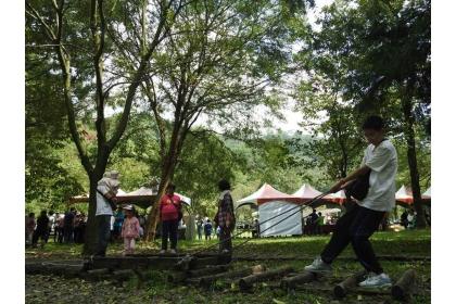 惠蓀林場內有原木手推車、高蹺、木屑步道和木馬道等木製器材,供親子遊客體驗遊憩。