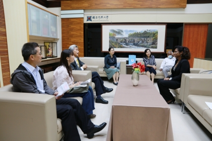 貝里斯新任駐臺大使碧坎蒂(右)拜訪興大,由薛富盛校長(左3)等人接待。