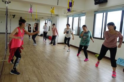 周三ZUMBA課成老師與學員運動情形