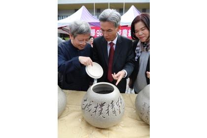 興大校長薛富盛(中)、興大生技所教授曾志正(左)打開一甕紀念茶,茶香撲鼻