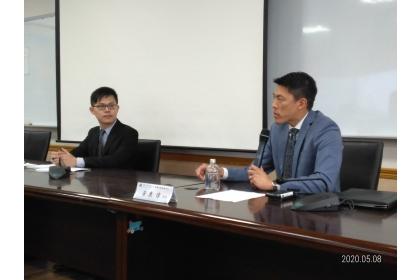 駐美國在臺協會AIT台北辦事處政治官Thomas Wong(黃東偉)先生(右)和助理黃華璽先生,5月8日蒞臨中興大學國際政治研究所。