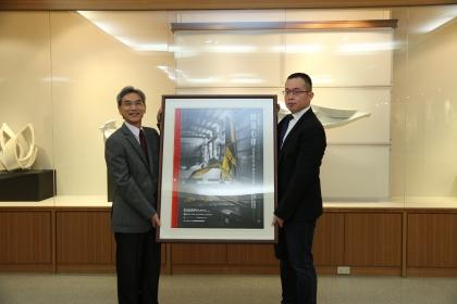 興大校長薛富盛(左)頒發感謝狀予新英機械,感謝其贊助經費將「躍升」作品製成校園裝置藝術。