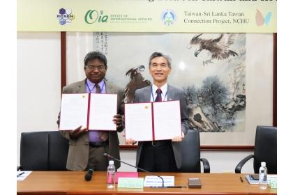 斯里蘭卡佩拉德尼亞大學化學系教授R.M.G. Rajapakse(左)與興大校長薛富盛代表簽署合作備忘錄