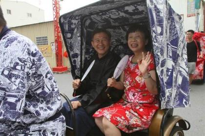 【中國時報】坐在復古三輪車上,一身喜氣大紅洋裝的作家李昂一臉幸福、喜孜孜模樣,彷彿真的要被彰化縣文化局嫁出去了。(謝瓊雲攝)