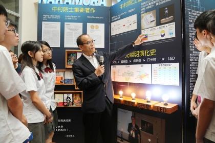 興大舉辦中村修二特展揭牌,由中村教授介紹他的研究 ,興大附中同學認真聆聽