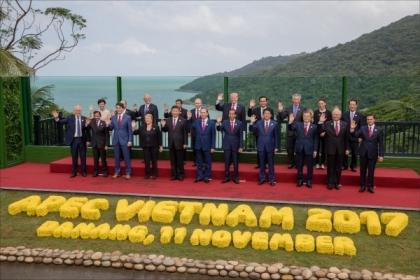 APEC經濟領袖會議11日在越南峴港進行大合照,APEC領袖代表宋楚瑜(後排右1)站在紐西蘭總理阿爾登旁邊。(中央社,APEC代表團提供)