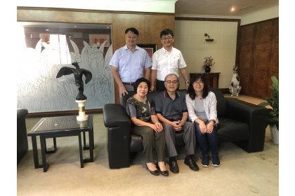 興大校友沈春暉董事長(前排中)、沈夫人(前排左1,園藝系畢業)回饋母系捐贈150萬元