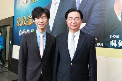 外交部吳釗燮部長(右)與興大國政所楊三億所長(左)合影。