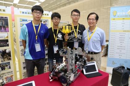 興大機械系陳昭亮老師(右1)指導的團隊,贏得2018年國際奧林匹亞機器人大賽台灣區冠軍,更獲世界賽季軍。