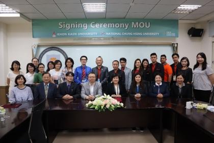 興大教師專業發展研究所吳勁甫所長和孔敬大學教育學院院長Sumalee Chaijaroen代表簽署MOU