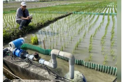 台中農改場與農業試驗所等單位研發間歇灌溉技術,更開發智慧化灌溉系統,不僅可以節約灌溉用水至少30%,農民可用手機直接用App進行遠端操作,在家就可監測水位,而一指按下智慧灌溉,省去很多巡田水時間。記者林宛諭/攝影