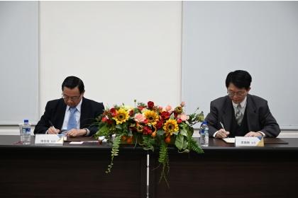 興大師資培育中心梁福鎭主任(右)與財團法人大漢工商教育基金會陳振貴博士代表簽署。