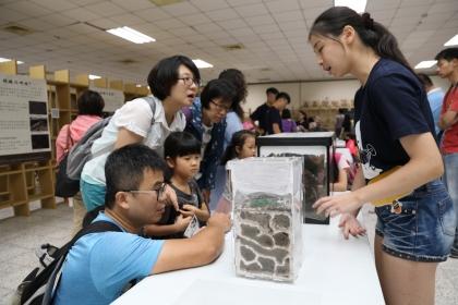 現場展示螞穴、標本等吸引親子好奇參觀