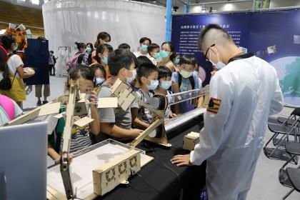 國研院太空中心展示衛星的作用機制
