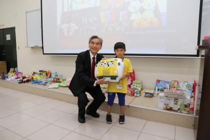 有獎徵答時間,興大薛富盛校長(左)頒發獎品給學員