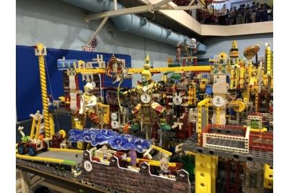 世界機關王大賽今年在中興大學舉辦決賽,不少選手發揮巧思,利用積木零件拼出獨特創意,還搭配人偶角色讓人眼睛一亮。(顏慶祥提供)