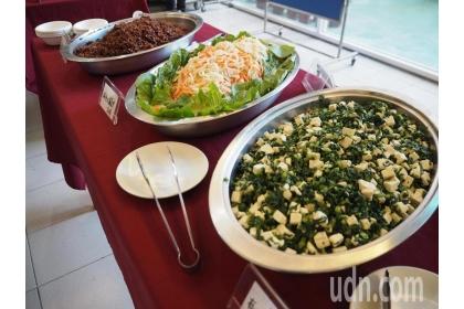 【聯合報】國教署委託中興大學成立「推動學校午餐專案辦公室」,盼解決偏鄉午餐問題,制訂公道的價格,還要設計菜單讓學生愛上蔬食。記者喻文玟/攝影