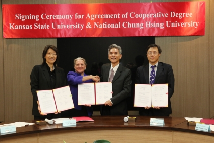 Chung Hsing University is the world's first university to sign a partnership with Kansas State University connecting undergraduate and postgraduate veterinary medicine schools. Shieu Fuh-Sheng(薛富盛), president of Chung Hsing University, Tammy Beckham, dean