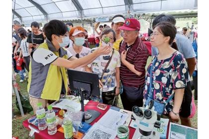 臺大植醫學生參與桃園區農改場參觀日活動,向民眾宣傳植物病蟲害知識與植醫角色。