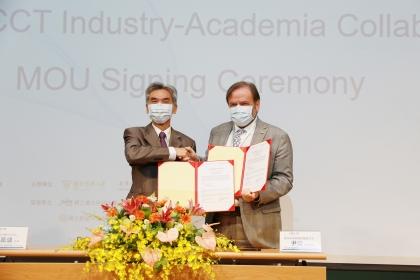 中興大學薛富盛校長(左)代表「臺灣國際產學中心」與歐洲在臺商務協會尹容副理事長(右)簽署產學合作MoU