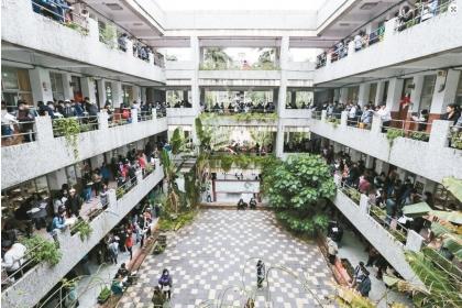少子化衝擊,台灣的大專校院需要在研究所階段,強化引入年輕優秀人才。教育部規畫與部分新南向國家洽談合作協定,增加「2+R」招生管道,2指大三、大四兩年,R指研究所,希望吸納更多新南向國家人才來台唸碩博士班。預計109學年度實施。預計每年招收300人,招生國以新南向國家優先,近期已經在跟越南接洽。聯合報資料照片
