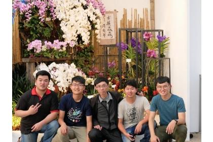 榮獲臺灣國際蘭展青農景觀競賽第二奬的五位佈展人,右而左依序為李竹、莊子平、賴俊廷、賴科竹與謝孟哲