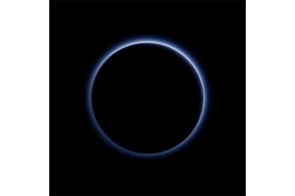 艾倫史特恩分享最喜愛的照片,是從冥王星的陰影處回頭看太陽,冥王星外環繞著一圈藍色大氣的外光暈,像日食一樣。(照片來源:NASA官網)
