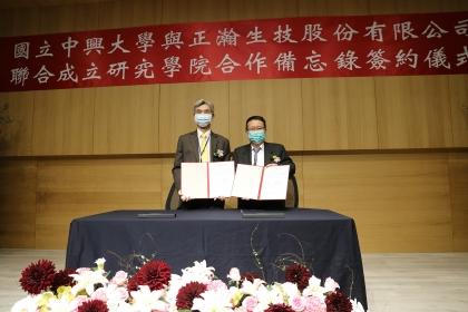 興大校長薛富盛(左)與正瀚生技董事長吳正邦(右)代表簽約。