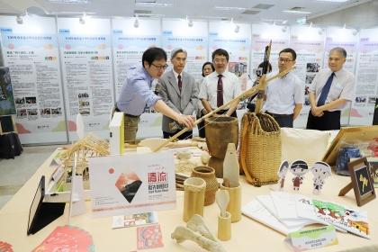 高教深耕成果展,興大電機系賴慶明副教授(左)介紹「清流部落賽德克族風華再現計畫」。