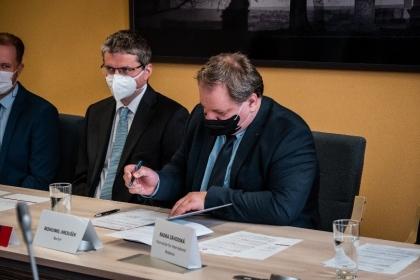 南波西米亞大學校長 Dr. Bohumil Jiroušek 簽署合約