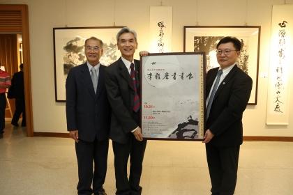 興大校長薛富盛(左2)與書畫家李轂摩(左1)頒贈感謝狀給展覽贊助企業福倫連鎖藥局總經理林澤輝。