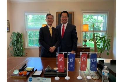 興大薛富盛校長(左)與周建源市長合影