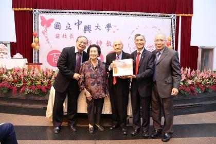 興大校長薛富盛(右2)與貢穀紳教授(中)一家人合影