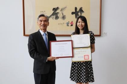 興大薛富盛校長(左)與興大獸醫學系周言昱同學。